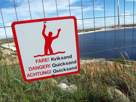 1920px-Quicksand-warning-sign-denmark-2010-2