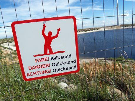 1920px-Quicksand-warning-sign-denmark-2010-2